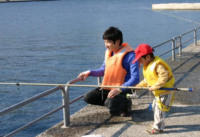 海釣り公園で釣りを楽しむ親子