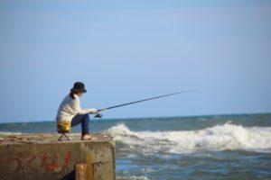 釣りに集中する女性