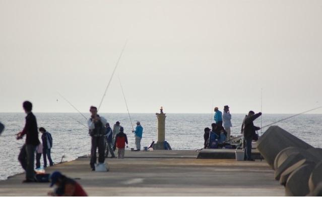 堤防釣りを楽しむ人たち