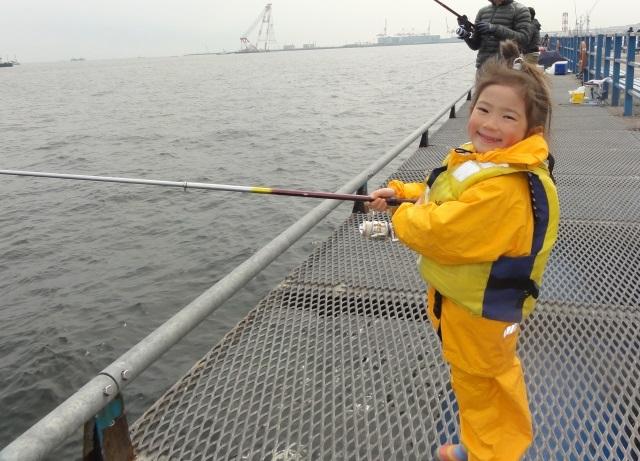 釣りを楽しむ少女